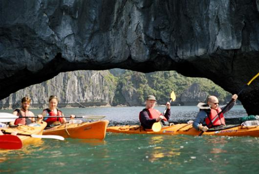 Halong Phoenix Cruiser – Full day kayaking